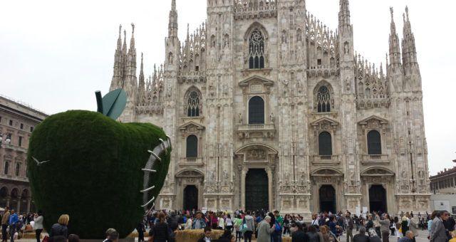 Maxi yabloko na ploshadi Duomo
