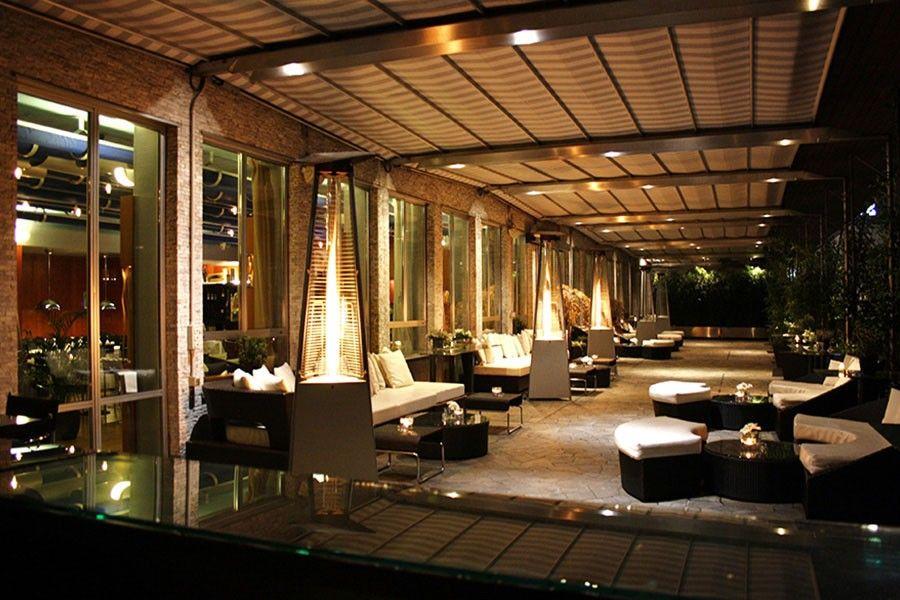 аперитив на модной террасе города Lounge Terrazza Di Via